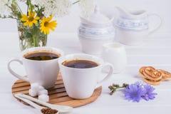 咖啡与苦苣生茯花和糖屑曲奇饼的茶苦苣生茯饮料热的饮料 免版税图库摄影