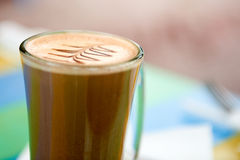 咖啡与设计的在泡沫 免版税库存照片