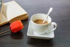 咖啡与郁金香和书的 免版税库存图片