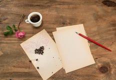 咖啡与飞过的心脏的在白色板料的和笔 免版税图库摄影