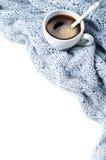 咖啡与围巾特写镜头的 免版税库存照片