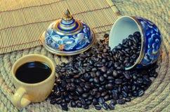 咖啡与Benjarong的在黄麻绳索 免版税库存照片