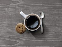 咖啡与macaron的在木 免版税库存图片