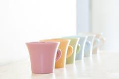 咖啡五颜六色的杯子行 库存照片