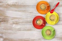 咖啡五颜六色的杯子 免版税库存照片