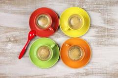 咖啡五颜六色的杯子 免版税库存图片