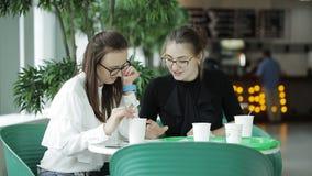 咖啡休息两女商人在自助食堂 在一杯咖啡的企业谈话在工休期间的 股票录像