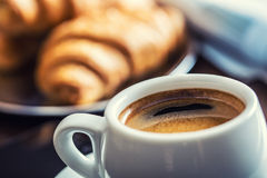 咖啡休息事务 咖啡手机和报纸 免版税图库摄影