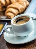 咖啡休息事务 咖啡手机和报纸 免版税库存图片