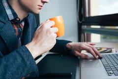 咖啡休息办公室社会媒介互联网上瘾者 库存图片