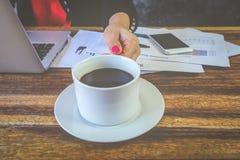 咖啡休息在办公室 免版税库存照片