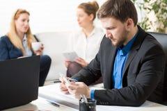咖啡休息在贷款公司中 免版税库存照片