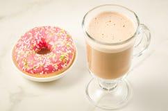 咖啡休息用新鲜的含糖的桃红色多福饼/咖啡休息用在白色大理石背景的新鲜的含糖的桃红色多福饼 图库摄影