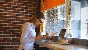 咖啡休息的年轻女实业家 膝上型计算机使用 股票录像