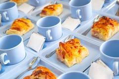 咖啡休息集合开胃菜,烟肉与塑料Coff的乳酪面包 库存图片