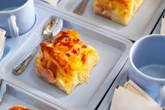 咖啡休息集合开胃菜,烟肉与塑料Coff的乳酪面包 免版税库存照片