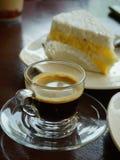 咖啡休息,与蛋糕的热的浓咖啡 库存照片