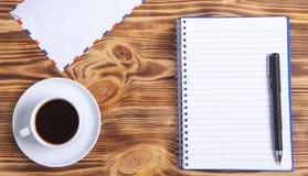 咖啡信封和笔记本 免版税图库摄影