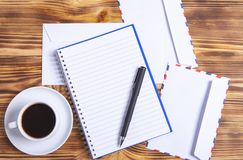 咖啡信封和笔记本 免版税库存图片