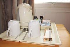 咖啡具在旅馆客房 免版税库存图片