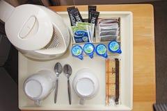咖啡具在旅馆客房 免版税库存照片