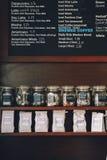 咖啡内部界面 有热咖啡的名字和冷的饮料的,价格木板 图库摄影