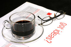 咖啡创造性的杯子杂志 免版税图库摄影