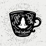 咖啡剪影用字法咖啡和瑜伽发现平衡 与葡萄酒太阳的逗人喜爱和滑稽的例证发出光线 免版税库存图片