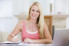 咖啡厨房报纸微笑的妇女 免版税库存照片
