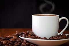 咖啡反对黑暗的背景的 免版税库存图片