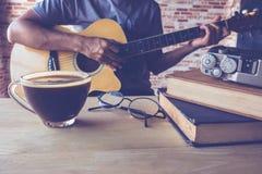咖啡吉他 免版税库存照片