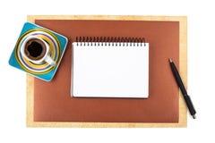 咖啡和一个笔记本在织地不很细纸 免版税图库摄影