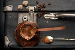 咖啡和一个老葡萄酒手提箱在减速火箭的样式 图库摄影
