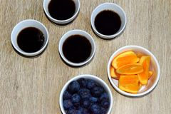咖啡和一些健康果子的时刻 免版税库存图片