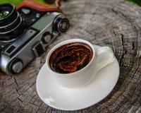 咖啡和一台老影片照相机 库存图片