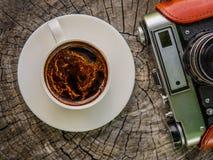 咖啡和一台老影片照相机 免版税库存图片