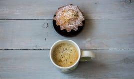 咖啡和一块杯形蛋糕在板材 图库摄影