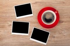 咖啡和三个照片框架 免版税库存照片