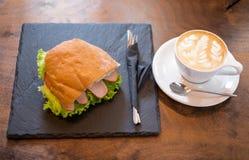 咖啡和三明治 免版税库存图片