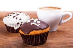 咖啡和两块杯形蛋糕 免版税库存图片