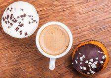 咖啡和两块杯形蛋糕 图库摄影