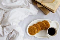 咖啡和书 免版税库存照片