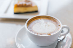 咖啡和乳酪蛋糕片 库存图片