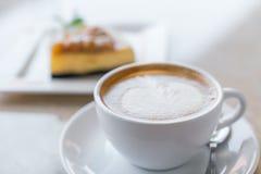 咖啡和乳酪蛋糕片 库存照片