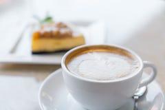 咖啡和乳酪蛋糕片 图库摄影