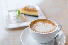 咖啡和乳酪蛋糕片 免版税库存照片