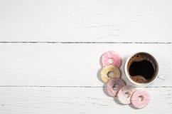 咖啡和五颜六色的曲奇饼 免版税库存照片