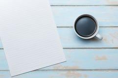 咖啡和便条在蓝天木地板上 免版税库存照片
