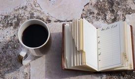 咖啡和做名单 免版税库存图片