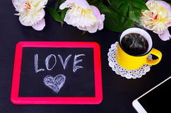 咖啡和充满爱的一块黑白垩匾 免版税库存图片